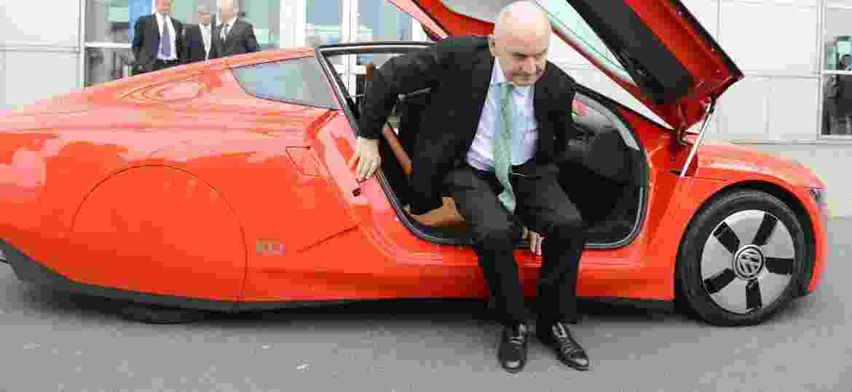 Ferdinand Piëch a bordo do VW XL1 em foto de 2013; ex-executivo comandou compra de marcas como Lamborghini, Bentley e Bugatti - Jochen Luebke/EFE