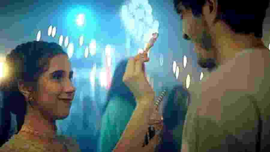 """Cena do clipe de """"Arroz com Feijão"""", de Nina Fernandes - Reprodução"""