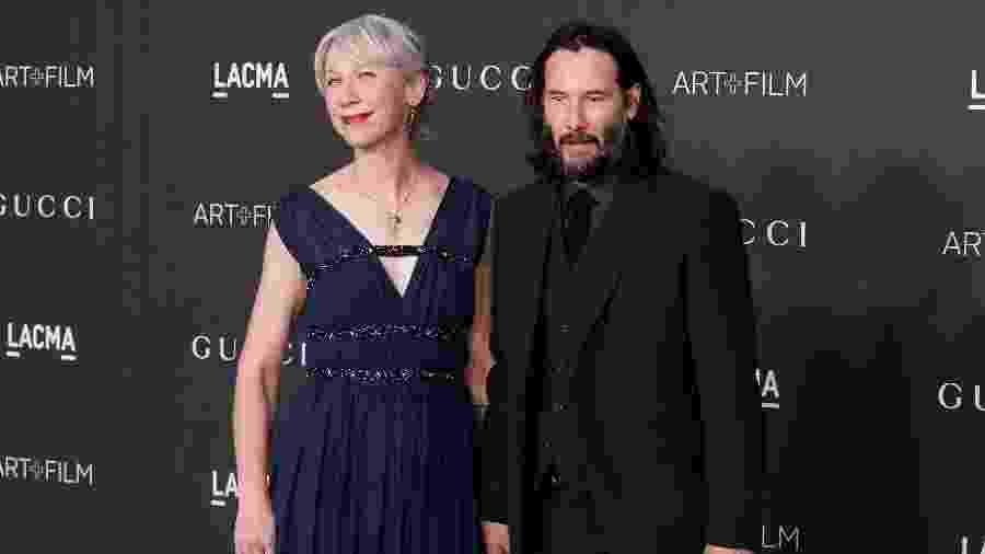 Keanu Reeves e Alexandra Grant de mãos dadas em evento em LA - Getty Images