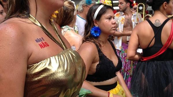 Mulheres também criam rede de apoio ao colar adesivos durante a folia - Akemi Nitahara/Agência Brasil