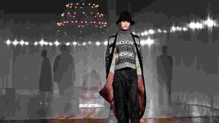 15.jan.2020 - Modelo desfila criação da Off-White durante a semana de moda masculina em Paris - Anne-Christine Poujoulat/AFP