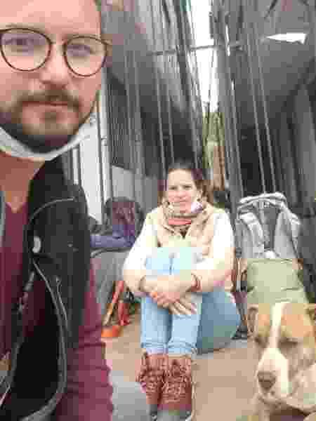 Eu e meu namorado na calçada onde passamos cerca de seis horas - Diego Junqueira/UOL
