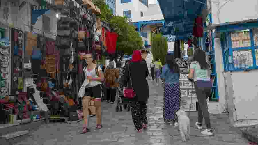 Turistas circulam por Túnis, na Tunísia - Anadolu Agency via Getty Images