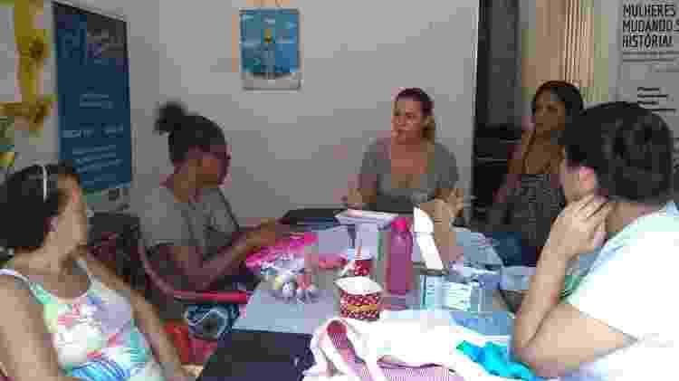 Alessandra Vaz durante uma das rodas de conversa com mulheres atendidas pela AMAC - Arquivo pessoal - Arquivo pessoal
