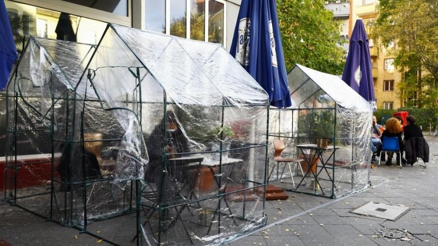Café em Berlin com tenda de distanciamento social: restaurantes ficarão fechados até o fim de novembro - Anadolu Agency via Getty Images
