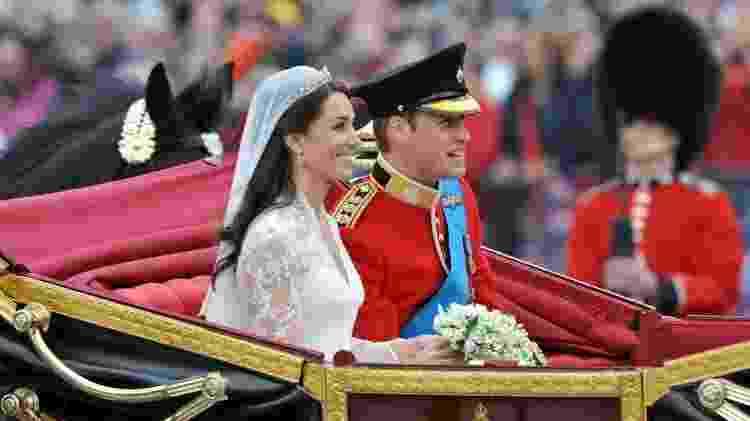 No dia do casamento, o duque e a duquesa de Cambridge foram levados de carruagem da Abadia de Westminster para o Palácio de Buckingham - BBC - BBC