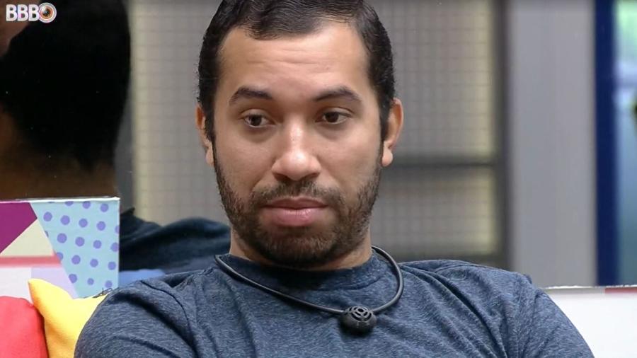 BBB 21: Gilberto conversa na sala com João - Reprodução/ Globoplay