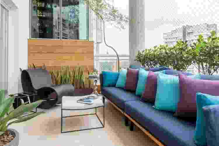 Na varanda aberta, a arquiteta Isabella Nalon apostou na resistência do porcelanato para o piso - Julia Herman - Julia Herman