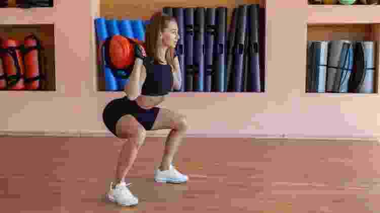 Agachamento com sandbag, treinamento funcional; exercício; treino - iStock - iStock