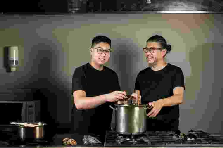 Tsuyoshi Murakami e seu filho Jun Murakami preparam o dashi - Keiny Andrade/UOL - Keiny Andrade/UOL