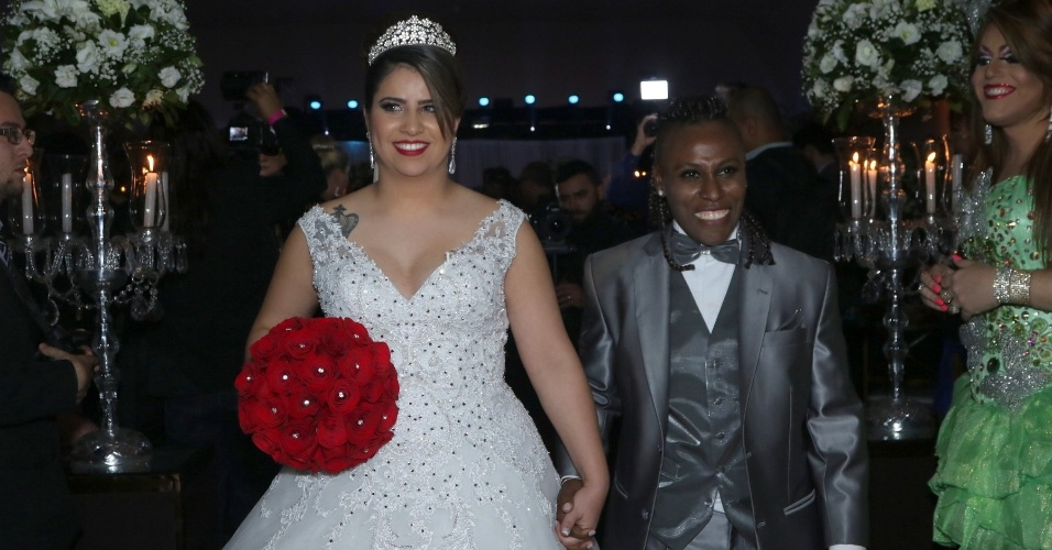 6.jul.2015 - Neném e Thaís deixam cerimônia após oficializarem a união das duas no Espaço Villa Bogarim, em São Paulo