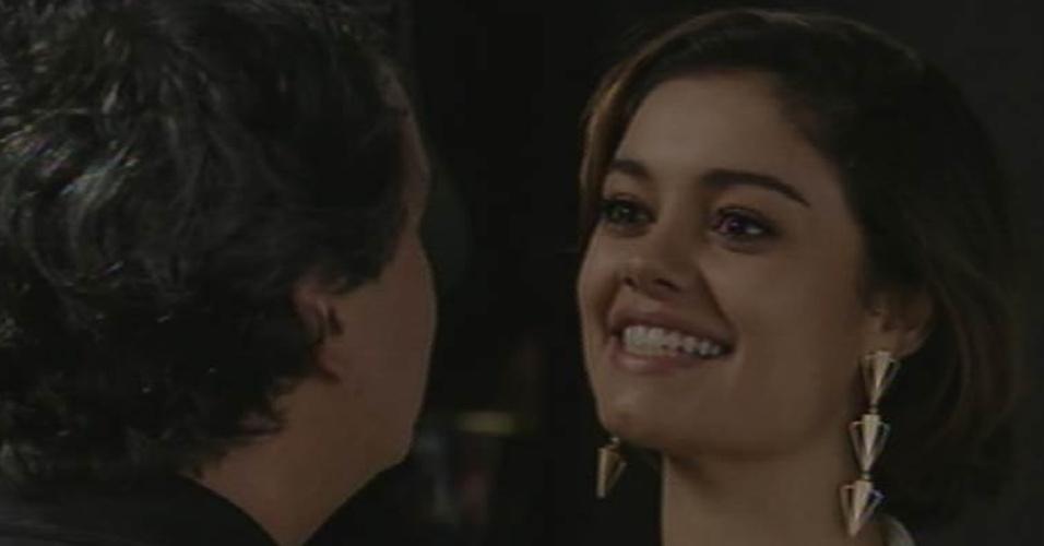 28.ago.2015 - Alice (Sophie Charlotte) conta para Evandro (Cassio Gabus Mendes) que está grávida