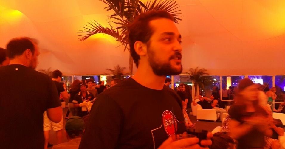 """20.set.2015 - Eduardo Sterblitch curte a terceira noite do Rock in Rio e comenta sobre a má repercussão do personagem Africano. """"Ainda estou triste com a situação, que me fez refletir. O ser humano que não reflete, não amadurece"""", disse ele, que não vai sair do humorístico. """"Eu nunca vou sair do 'Pânico' e não penso em ter um programa"""""""