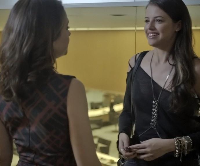 Giovanna revela para Carolina que Angel tem um caso com Alex