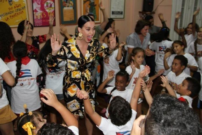 13.out.2015 - A cantora Katy Perry visitou a Companhia Infantil La Colmenita, grupo de teatro infantil, em Havana, Cuba