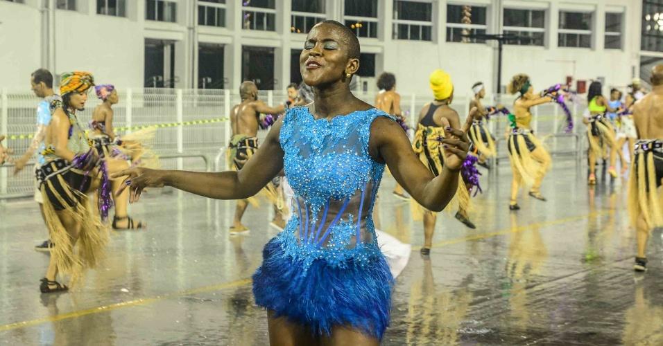 19.dez.2015 - Mesmo debaixo de muita chuva, a ex-BBB Angélica se acabou de sambar com um vestido justo azul no sambódromo do Anhembi em São Paulo