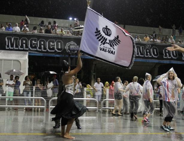 9.jan.2016 - Mestre-sala e porta-bandeira da Vai-Vai fazem ensaio técnico para o Carnaval 2016, no sambódromo do Anhembi