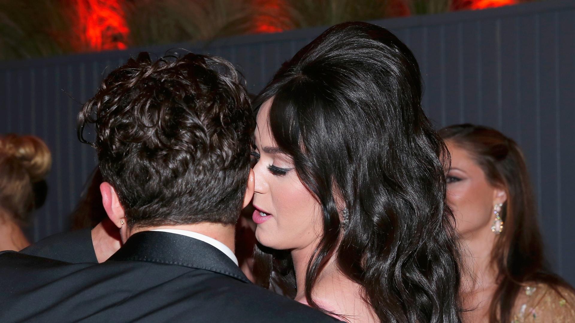 10.jan.2015 - Katy Perry conversa ao pé do ouvido com Orlando Bloom em festa após o Globo de Ouro, em Beverly Hills