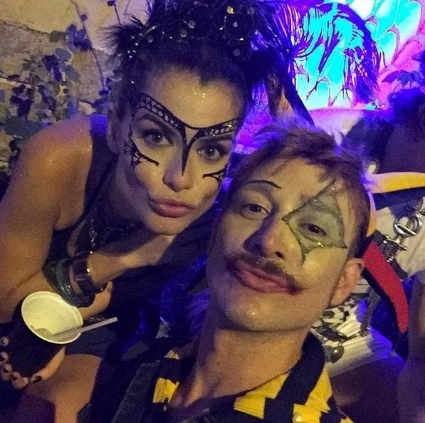 05.fev.2016 - A atriz Alinne Moraes vai com amigos ao Baile do Sarongue, festa tradicional do Carnaval carioca. O baile reúne famosos e anônimos, e o local é secreto até a última hora