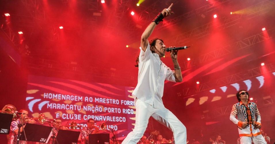 5.fev.2016 - Lenine canta no Marco Zero, no Recife, como convidado pelo Maestro Forró e orquestra da Bomba do Hemetério
