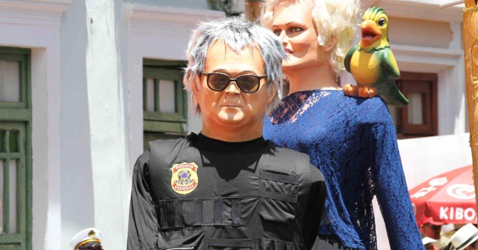 """8.fev.2016 - Uma das atrações mais esperadas, o bonecão do """"japonês da Federal"""" desfila pelas ladeiras de Olinda (PE) na manhã desta segunda-feira de Carnaval"""