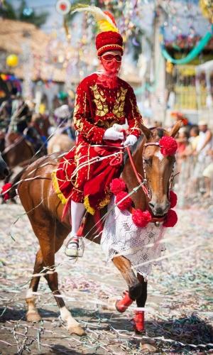 8.jan.2016 - Cavalo é preparado para sair pelas ruas de Bonfim onde acontece o Carnaval à Cavalo8.jan.2016 - Cavalos saem pelas ruas de Bonfim em Minas Gerais