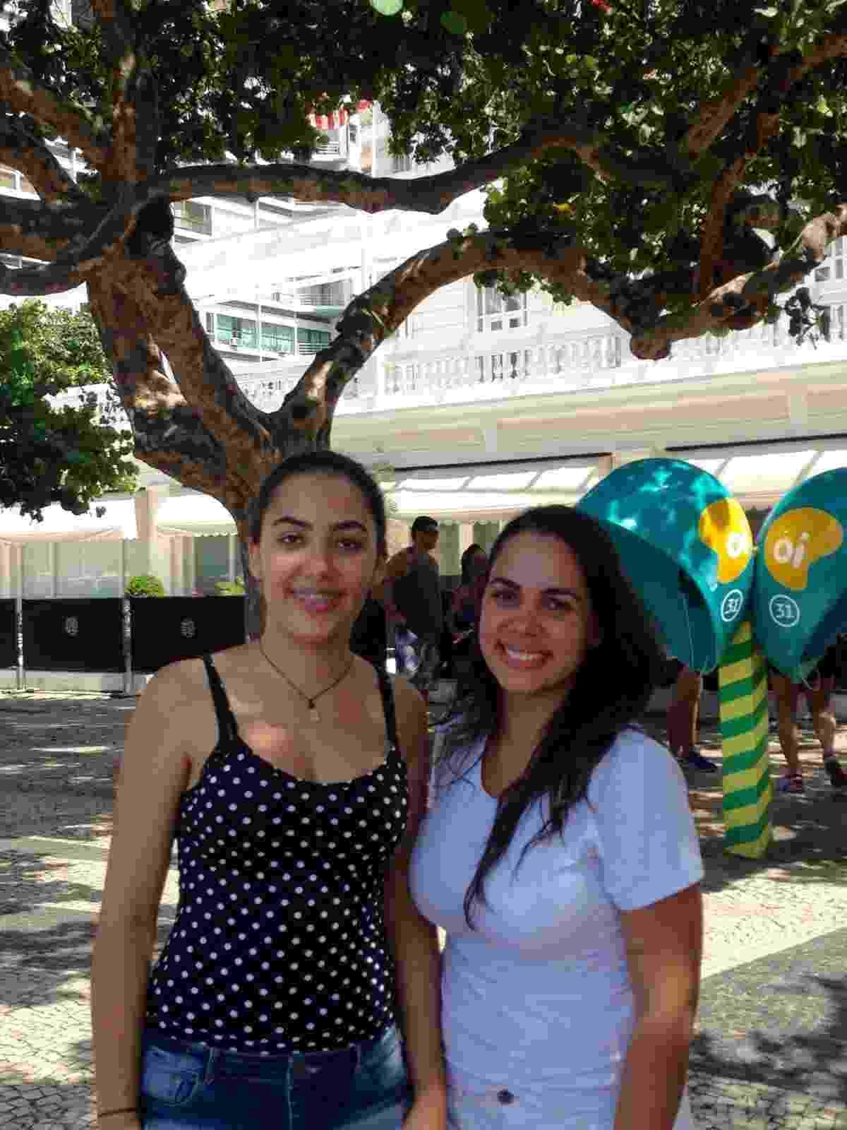 20.fev.2016 - Fãs dos Rolling Stones, as estudantes Lara Pena, 20, e Lorena Oliveira, 25, fazem plantão na porta do hotel Copacabana Palace - Ana Paula Bazolli/UOL