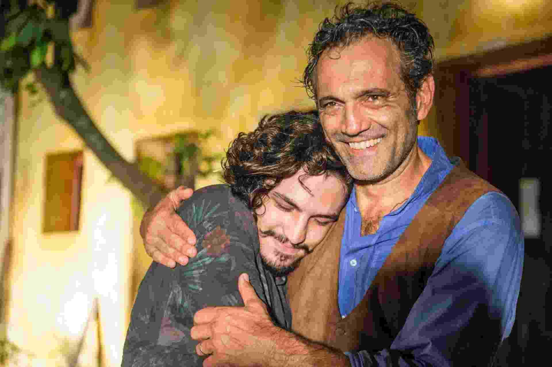 """Em """"Velho Chico"""", Santo (Domingos Montagner) apresenta Miguel (Gabriel Leone) como seu filho em cena que irá ao ar nesta terça (5) - Renato Rocha Miranda/TV Globo"""