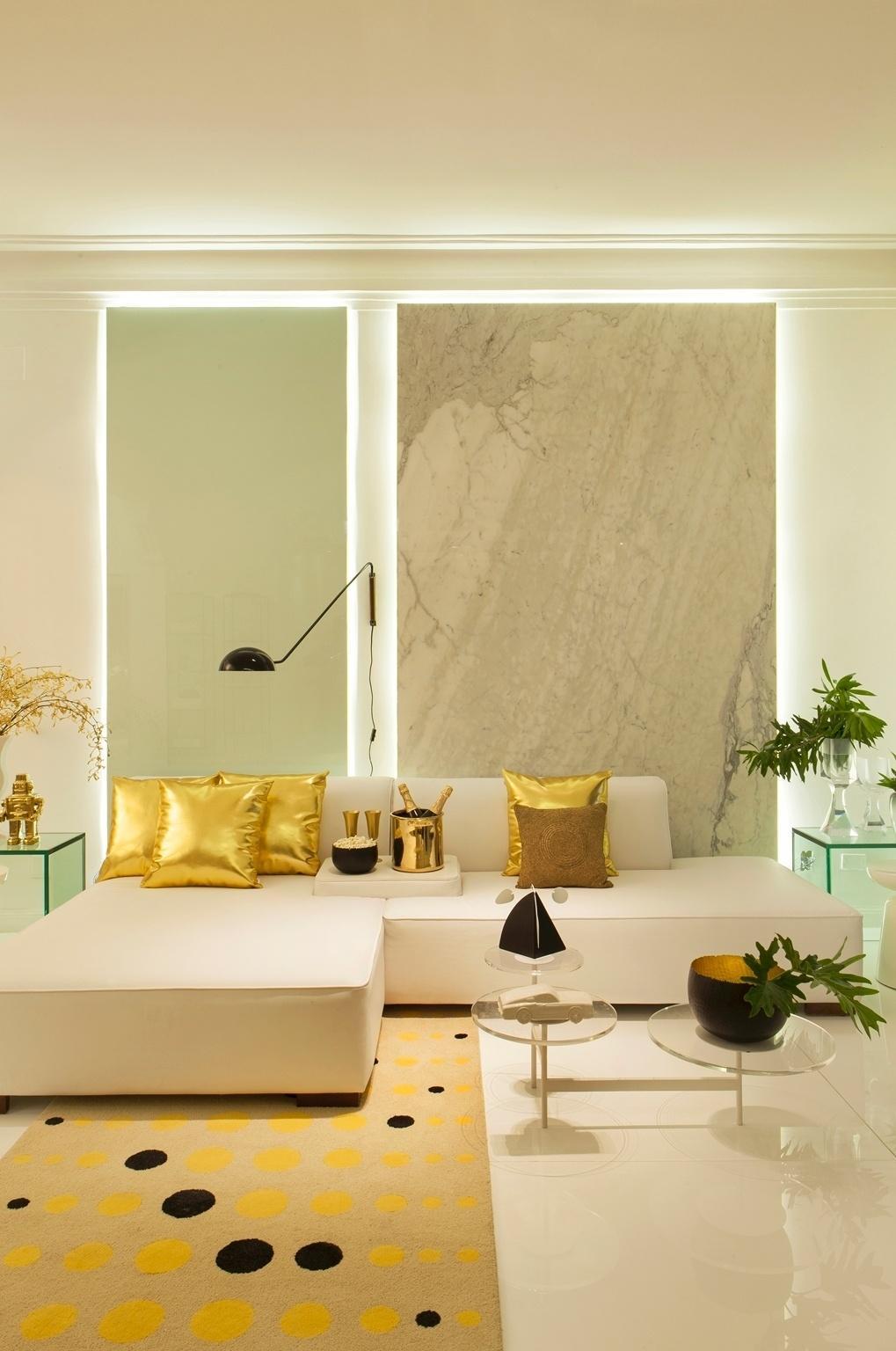 Casa Cor PE - 2016: Sandra Brandão apostou na ousada combinação de elementos em branco, dourado e preto para criar o Estar do Saber. O equilíbrio vem das mesas laterais em vidro e da mesa de centro em acrílico transparente, que dão a leveza necessária à composição