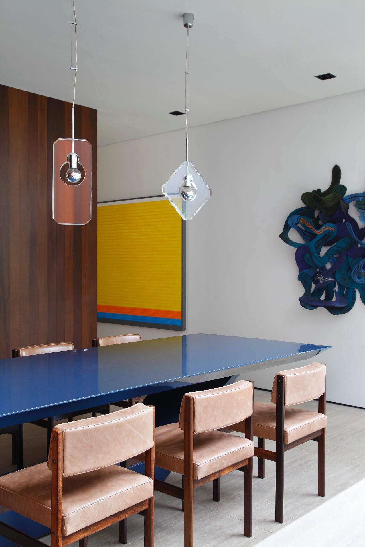 A mesa de jantar da casa AH foi desenhada pela equipe do Studio Guilherme Torres, que também é responsável pelos projetos de arquitetura e de interiores desta residência paulistana