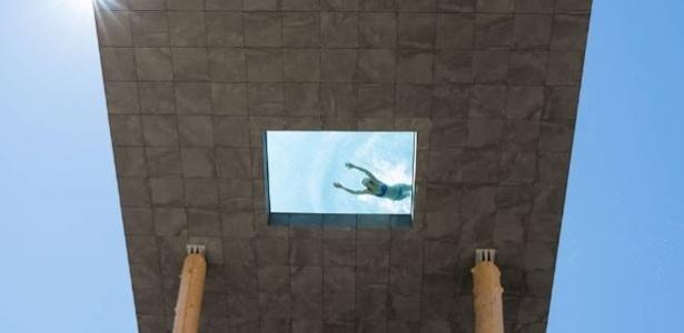 Hóspede nada na piscina do Hotel Hubertus, no norte da Itália - Divulgação/Hotel Hubertus