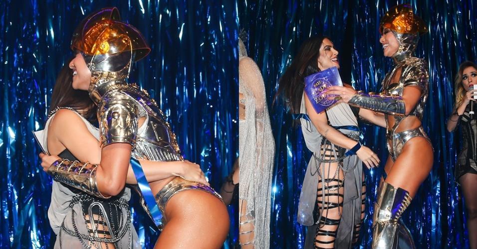 Ex-namoradas de João Vicente de Castro, Cleo Pires e Sabrina Sato se cumprimentam animadas no baile de Carnaval da