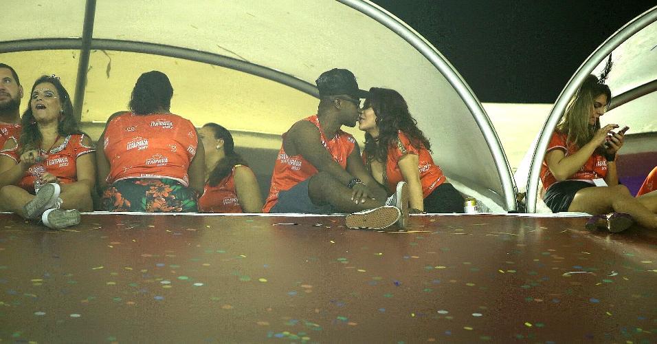 A atriz Fernanda Souza aproveitou a segunda noite dos desfiles do Grupo Especial do Rio para namorar bastante o marido, Thiaguinho. Ela e o cantor trocaram carinhos em um dos camarotes, enquanto acompanhavam a movimentação