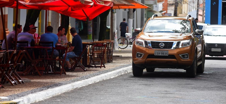 "Lá vem ela na cor laranja Imperial: ""É a nova Nissan Frontier, né? Mas demorou para chegar"" - Murilo Góes/UOL"