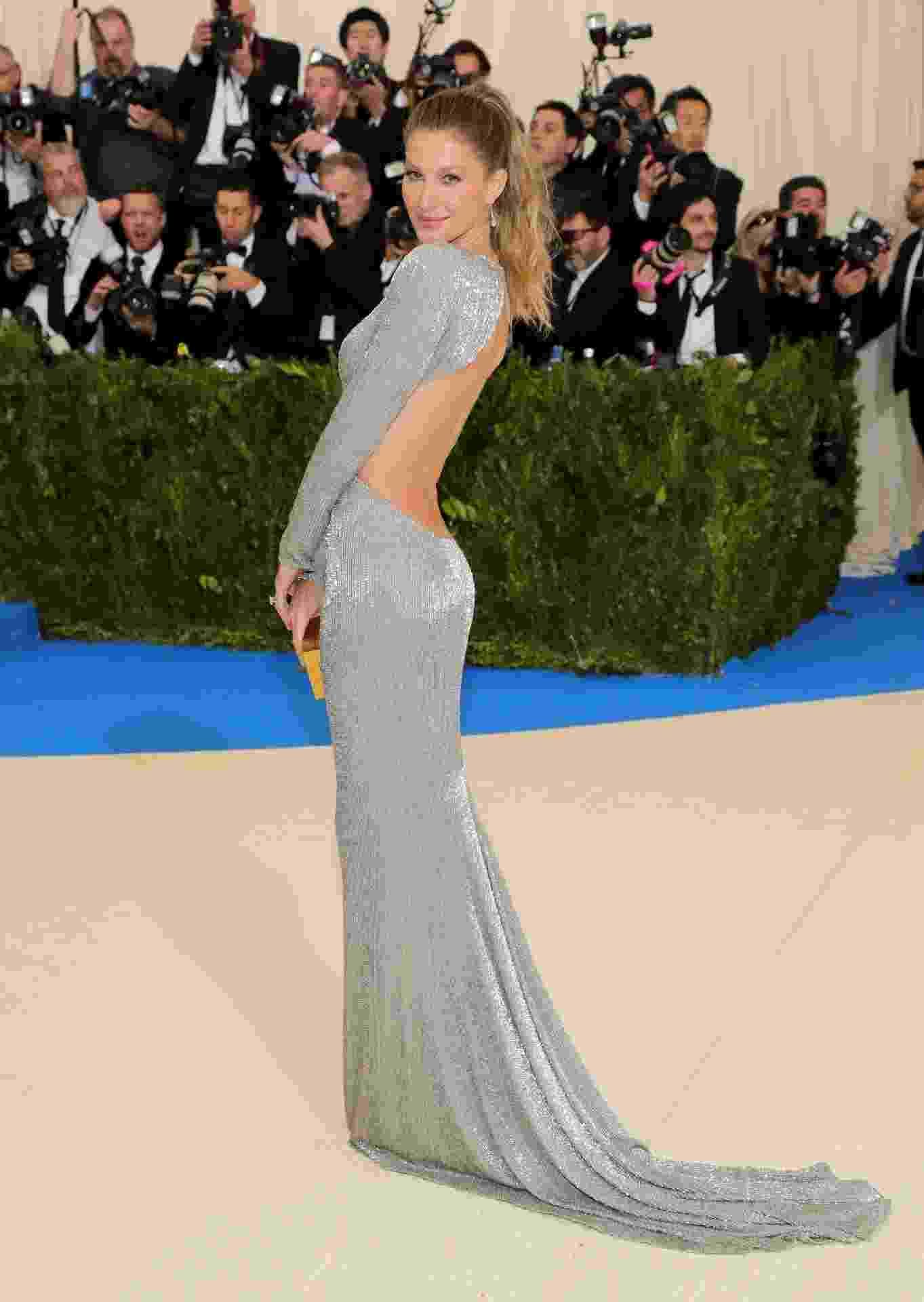 Gisele Bündchen usa vestido com decotão nas costas - Getty Images