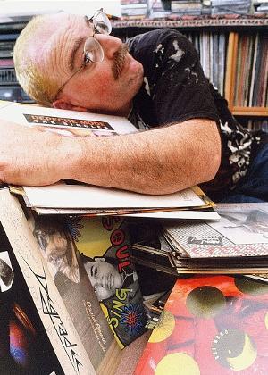 Kid Vinil posa com sua coleção de discos em 1995. Na época ele já tinha mais de 8.000 volumes