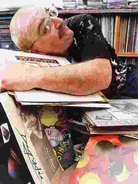 Kid Vinil posa com sua coleção de discos em 1995. Na época ele já tinha mais de 8.000 volumes - João Quaresma - 23.out.1995/Folhapress