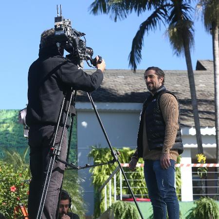 """O apresentador Marcos Mion em frente ao imóvel do reality show """"A Casa"""" - Edu Moraes/Divulgação/Record TV"""