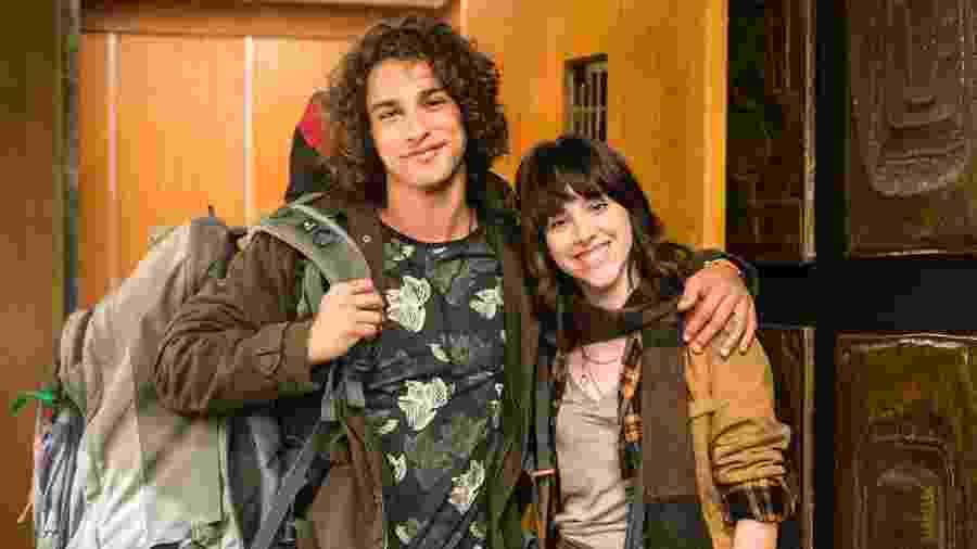 Lica (Manoela Aliperti) volta das férias acompanhada de Deco (Pablo Morais) - Marilia Cabral/TV Globo