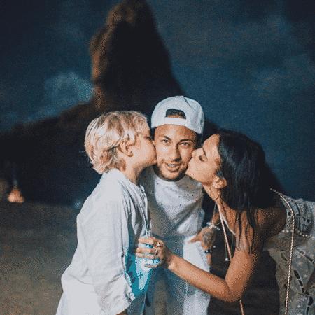 Neymar ganha beijo do filho e de Bruna Marquezine - Reprodução/Instagram/neymarjr