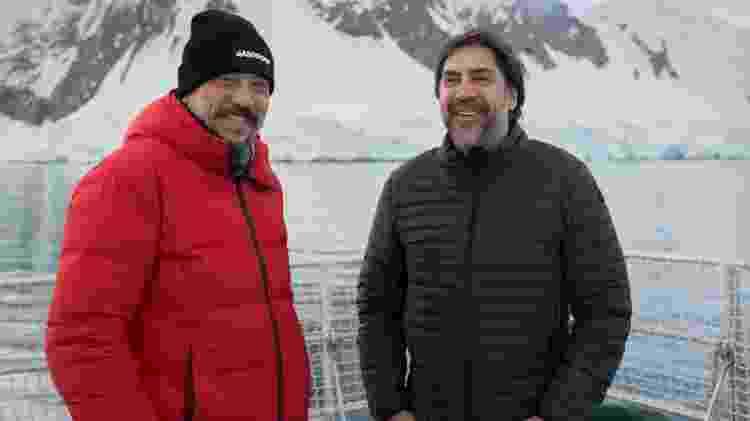 Bardem (à direita) posa com o irmão, o também ator Carlos Bardem, no barco quebra-gelo do Greenpeace - Christian Aslund/AFP Photo/Greenpeace - Christian Aslund/AFP Photo/Greenpeace