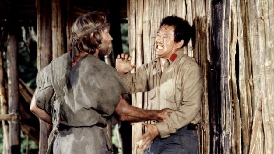 """Soon-Tek Oh (à direita) contracena com Chuck Norris em """"Braddock II - O Início da Missão"""" (1985) - Reprodução"""