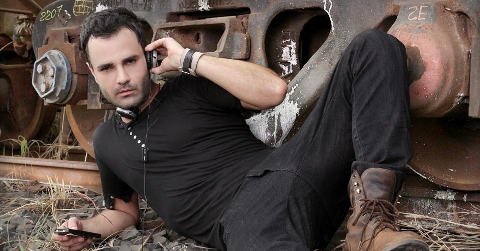 Rodrigo Phavanello posa para foto de divulgação de sua carreira