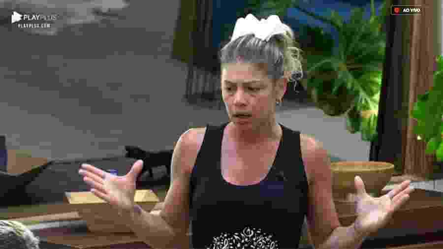 Catia Paganote discute com Evandro Santo na cozinha da sede  - Reprodução/PlayPlus