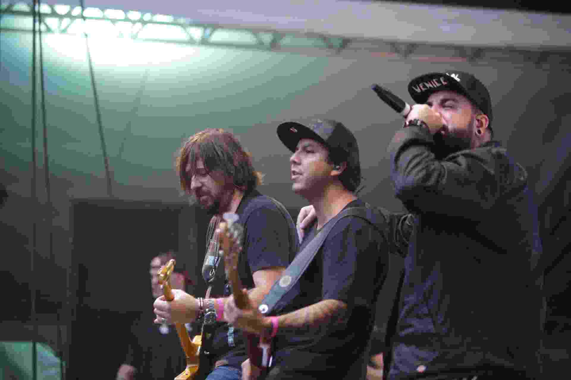 O guitarrista Marcão, o baixista Heitor e o vocalista Panda em show tributo ao Charlie Brown Jr realizado no Vale do Anhangabaú durante o aniversário de São Paulo - Diego Padgurschi/UOL