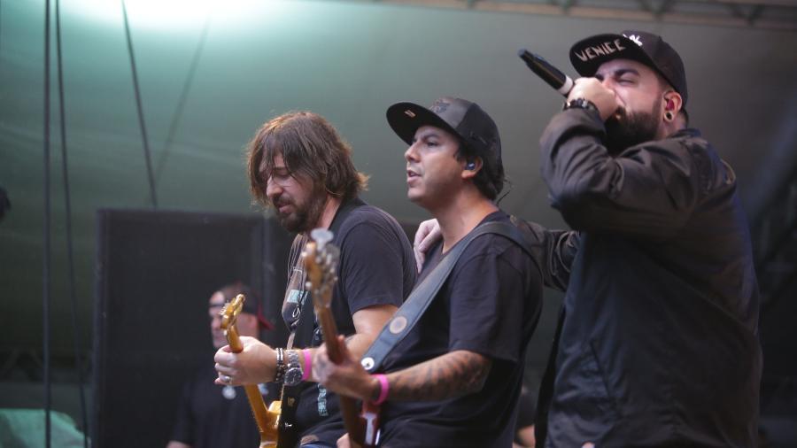 O guitarrista Marcão, o baixista Heitor e o vocalista Panda em show tributo ao Charlie Brown Jr. no show de aniversário de São Paulo - Diego Padgurschi/UOL