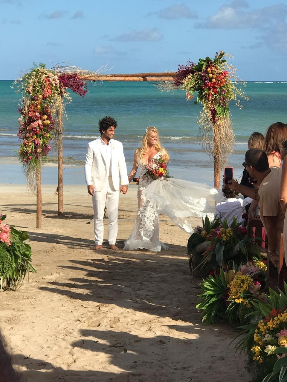 2200a3df85 Carol Bittencourt se casa com Jorge Sestini em cerimônia pé na areia em AL