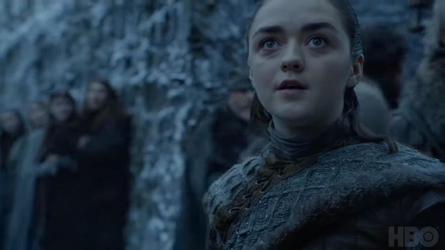 """Arya (Maisie Williams) se impressiona com dragão em cena da oitava temporada de """"Game of Thrones"""" - Reprodução/YouTube"""