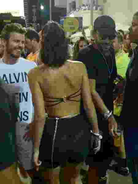 A atriz Bruna Marquezine usou um body preto e uma saia transparente para curtir o segundo dia do Carnaval de Salvador - Andre Muzell/Brazil News
