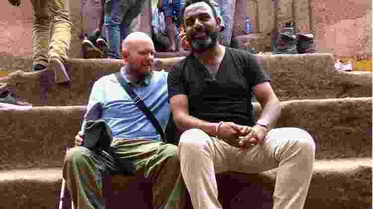 Giles gosta de conversar com os moradores dos países que visita e, frequentemente, é convidado a almoçar ou jantar na casa deles - The Travel Show, BBC News